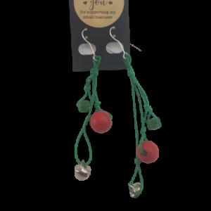 Ohrringe grüne Schnur rote und silberne Perlen - Schmuck>Ohrringe